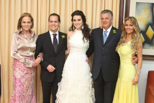 Sheila, Walfrido e Érika dos Mares Guia com os noivos
