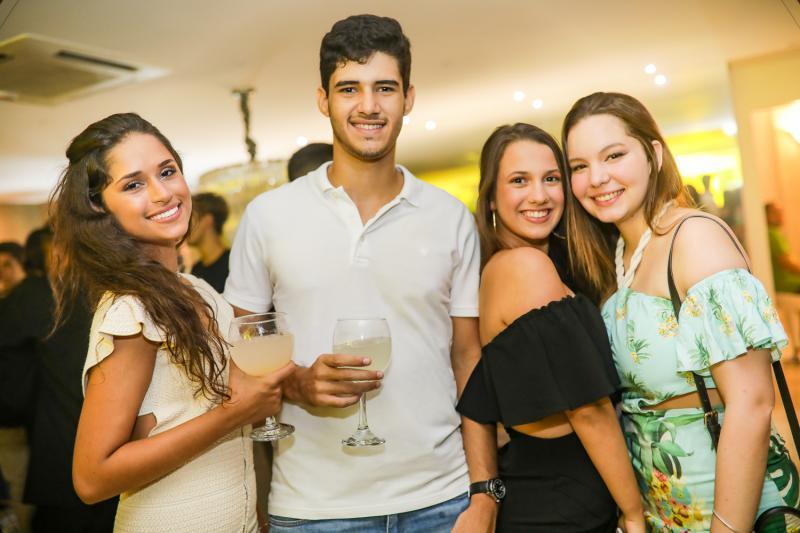 Carolina Torquato, Matheus Guimaraes, Julia Ferreira e Giovana Diogenes