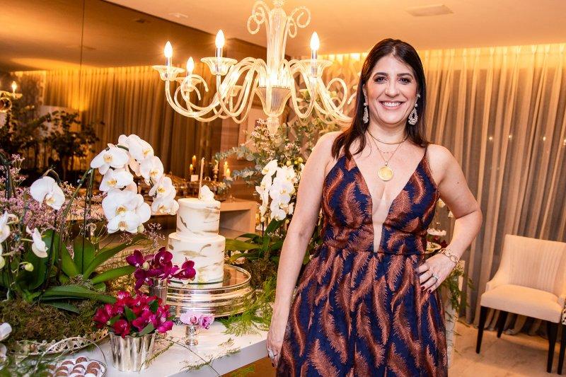Elisa Oliveira recebe convidados especiais para brindar sua troca de idade