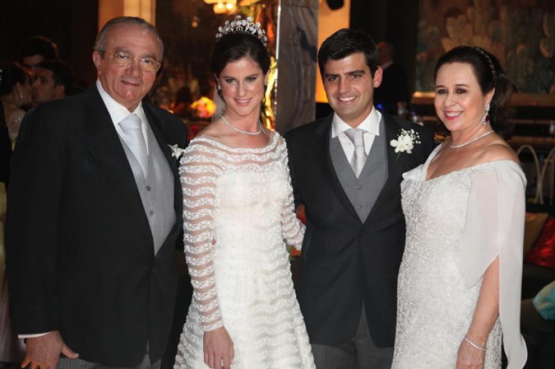 Cesar Asfor e Magda Rocha com os Noivos