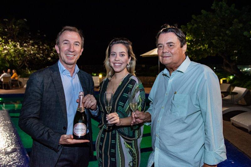 Embaixadora da Perrier-Jouët, Victoria Sarro atrai todos os flashes em sunset no Gran Marquise Hotel