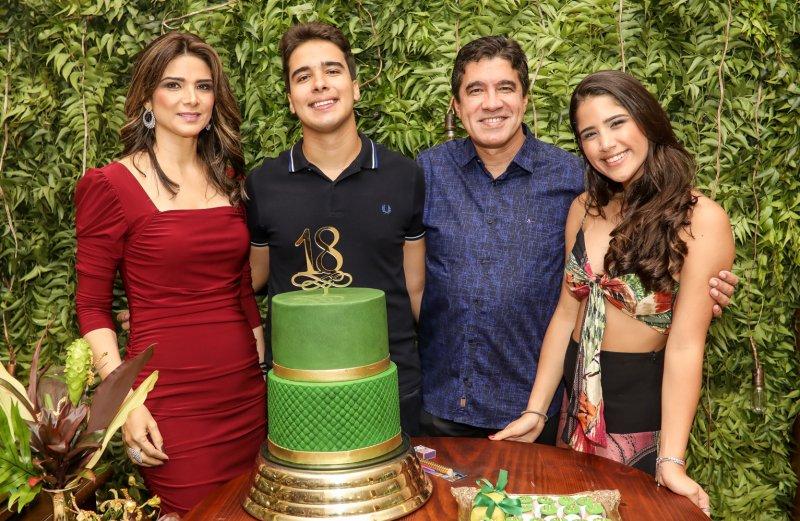 18 anos - Davi Teixeira chega à maioridade com comemoração animada
