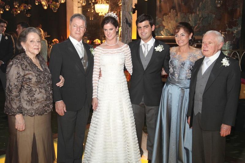 Gloria, Jacob Filho, Clarisse e Jacob Barata com os noivos Chiquinho e Beatriz