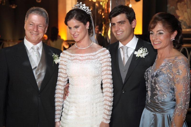 Jacob Barata Filho e Maria Clarisse Perissé Barata com os noivos Beatriz e Chiquinho