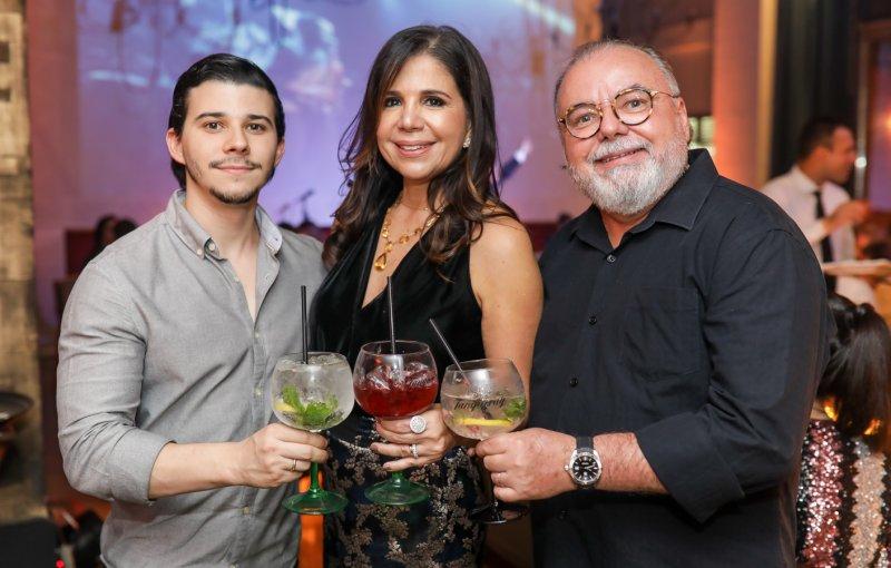 Lenita anuncia as novidades de 2019 em noite de puro brilho no L'Ô Restaurante