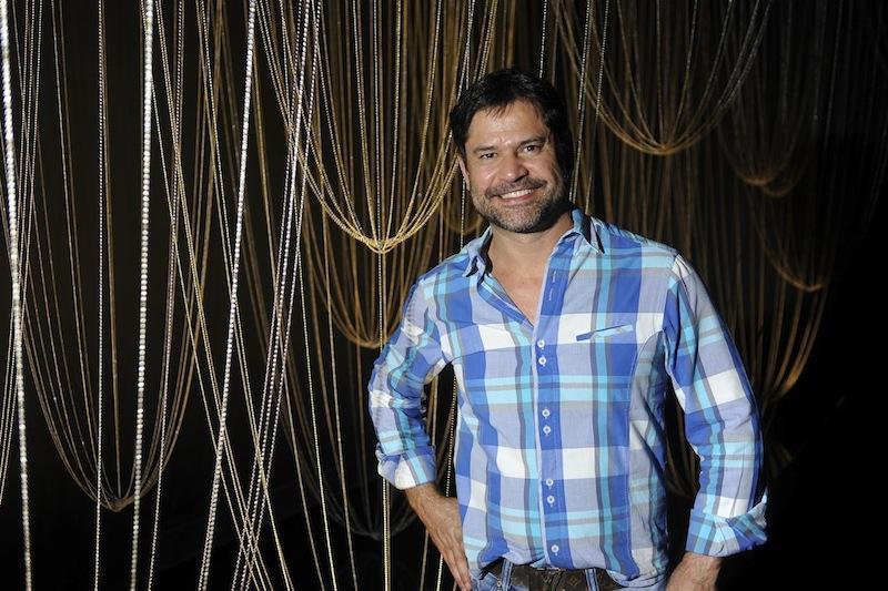 Eduardo Garcia com pendentes propostos por Glithero