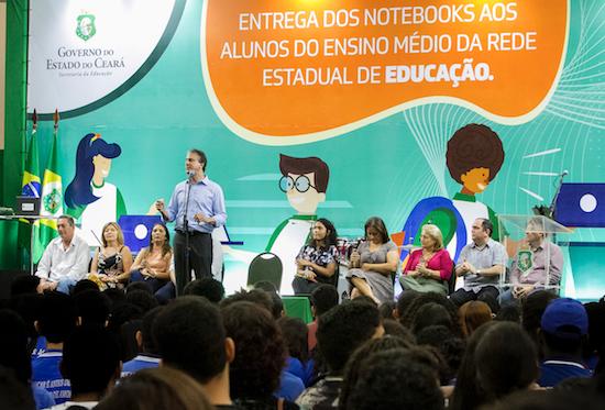 Camilo entrega notebooks a 12 mil alunos do Ensino Médio