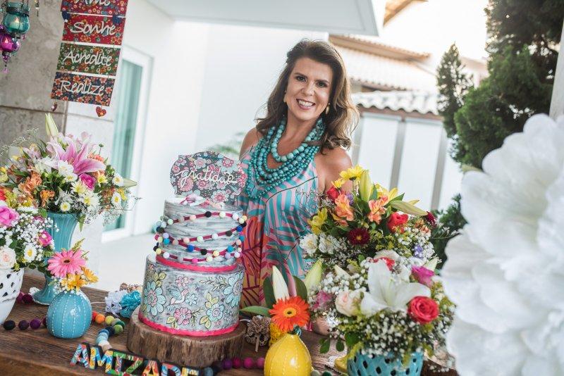 Alexandra Pinto arma sunset party e recebe as amigas para celebrar a nova idade