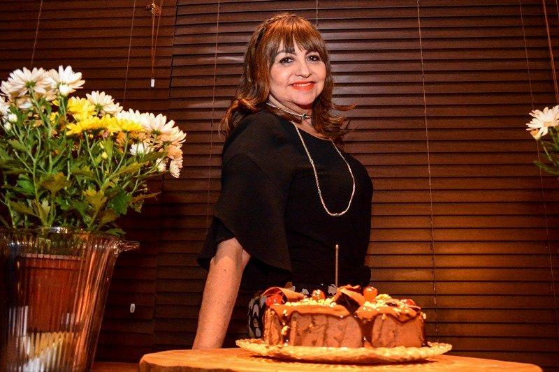 Esbanjando alto astral, Carmen Cinira ganha festa surpresa para celebrar a nova idade