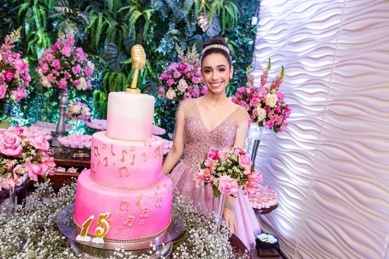 Melina Portela transborda alegria e alto astral em sua festa de 15 anos