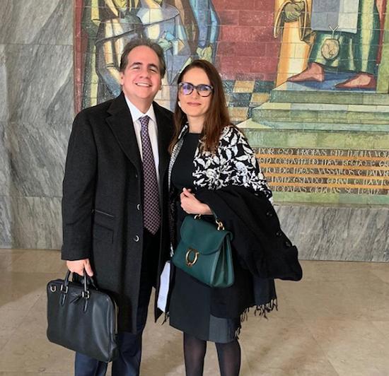 Manoela Bacelar recebe troféu durante Fórum de Ciência Penal em Lisboa