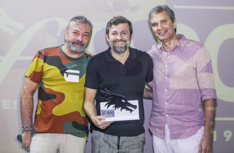 Gente que Brilha - Élcio Batista recebe Troféu DFB durante o encerramento do Festival na Praia de Iracema