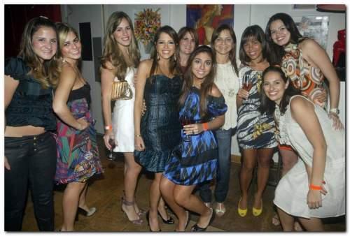Cheia de bossa, Sarinha Diniz festejou seus 30 anos cercada de amigos, no Bardot.