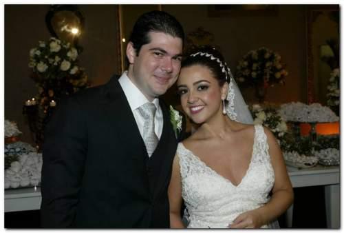 Hora do sim. Armando Campos Neto e Manuela Cysne se tornaram marido e mulher na última sexta-feira(31), na igreja do Cristo Rei.