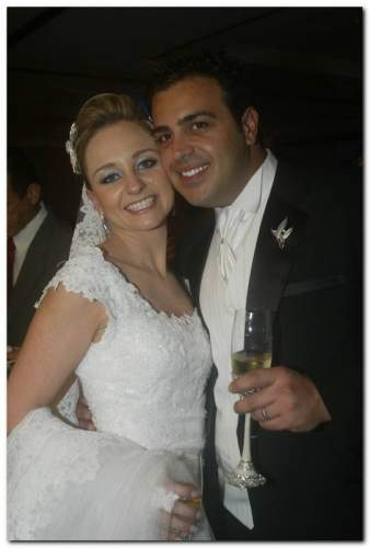 Nick Kladis e Juliana Facó Santos trocaram alianças na igreja de Nossa Senhora do Carmo.