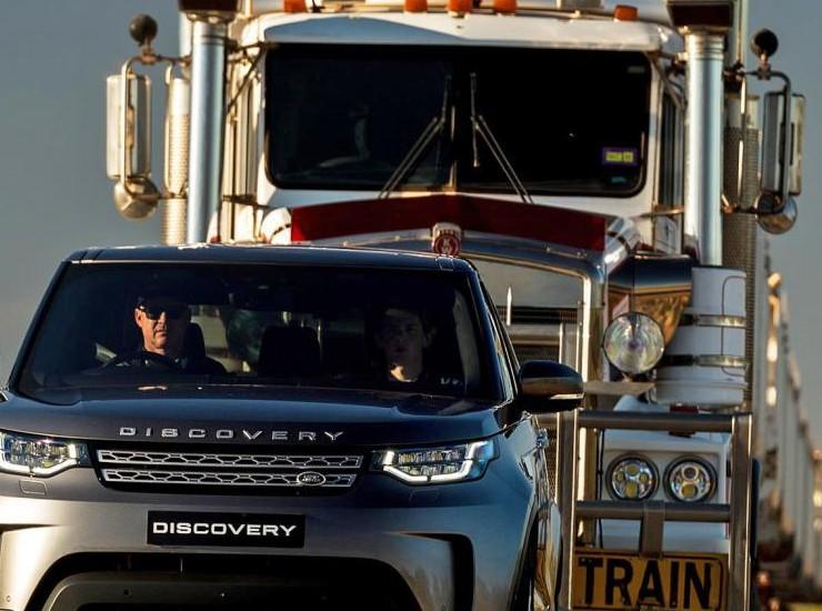 Land Rover Discovery puxa caminhão de 110 toneladas