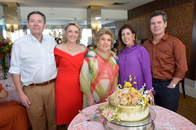 Rodeada pelo carinho da família, Consuelo Dias Branco celebra a nova idade em clima intimista
