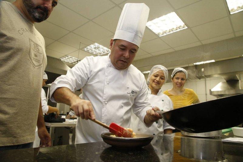 Chef Edil Costa movimenta a UniFanor com oficina culinária de Frutos do Mar