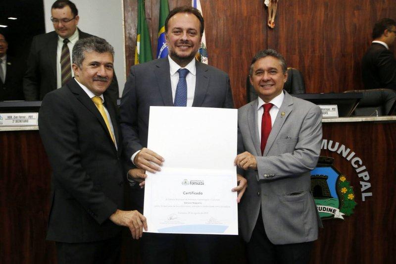 Celebrando 10 anos de colunismo social, Adriano Nogueira recebe homenagem na Câmara Municipal de Fortaleza