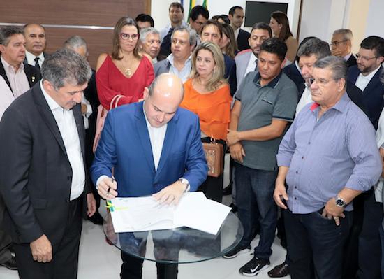Roberto Cláudio assina mensagem de criação do Núcleo Gestor na CMFor