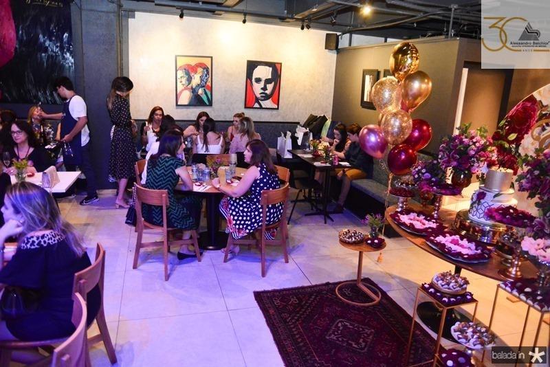 Erika Figueiredo recebe convidados no Rstaurante Rosa Celeste, com um cardapio requintado e boa musica para comemoracao de seu aniversario (