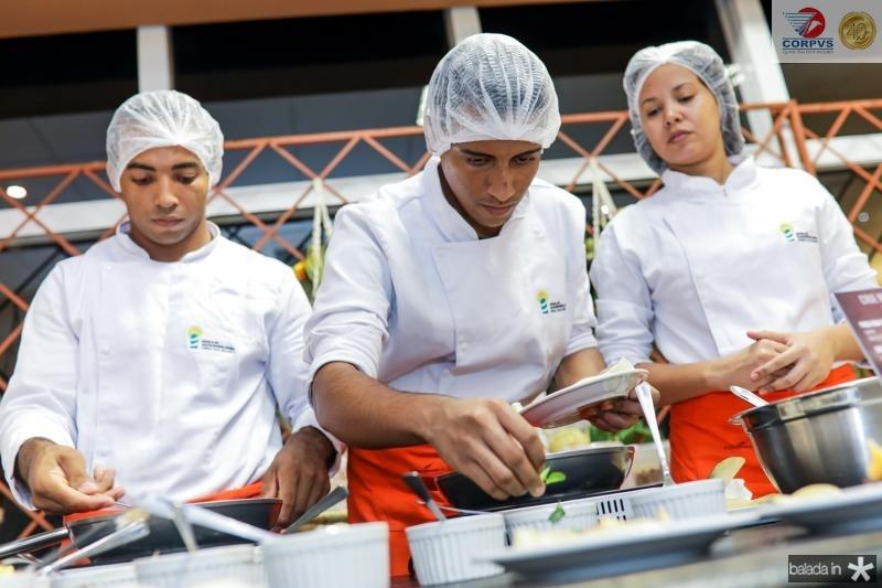 Alunos da escola de gastronomia Ivens Dias Branco