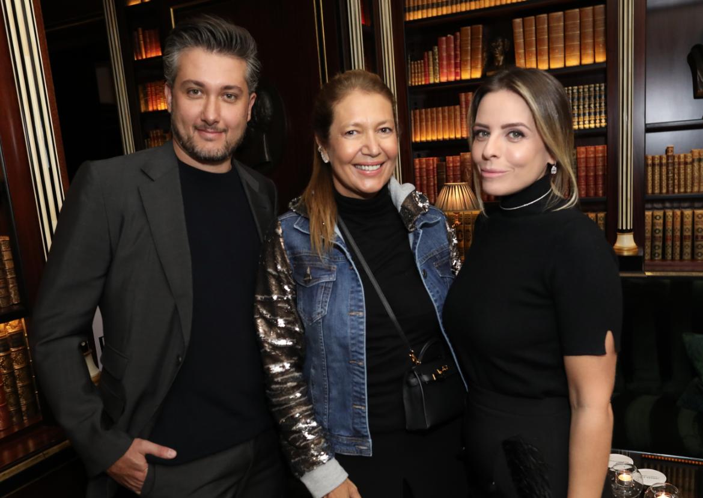 Donata Meirelles com os sócios da marca, Gustavo e Carol Rabello