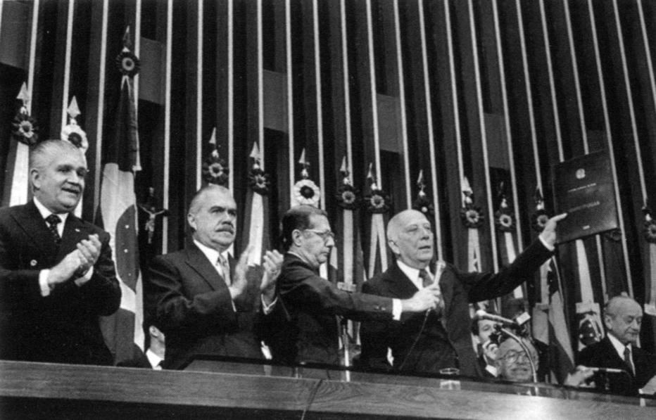 Mauro Benevides, José Sarney, Rafael Mayer e Ulysses Guimarães no dia da promulgação da Constituição de 1988