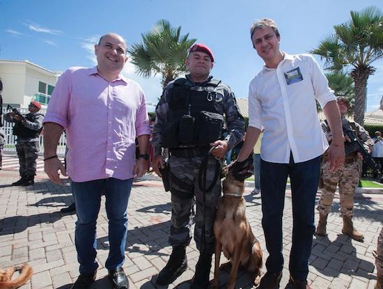 Roberto Cláudio, PM com seu cão, e Camilo Santana