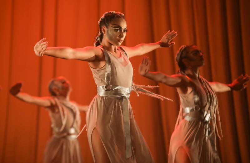Com figurino assinado por Lino Vilaventura, bailarinos da Edisca se apresentam na Caixa Cultural
