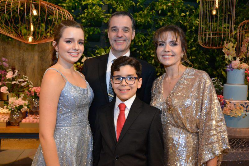 debut - Rodrigo e Manuela Vicentini armam superfesta para festejar os 15 anos da  herdeira Beatriz