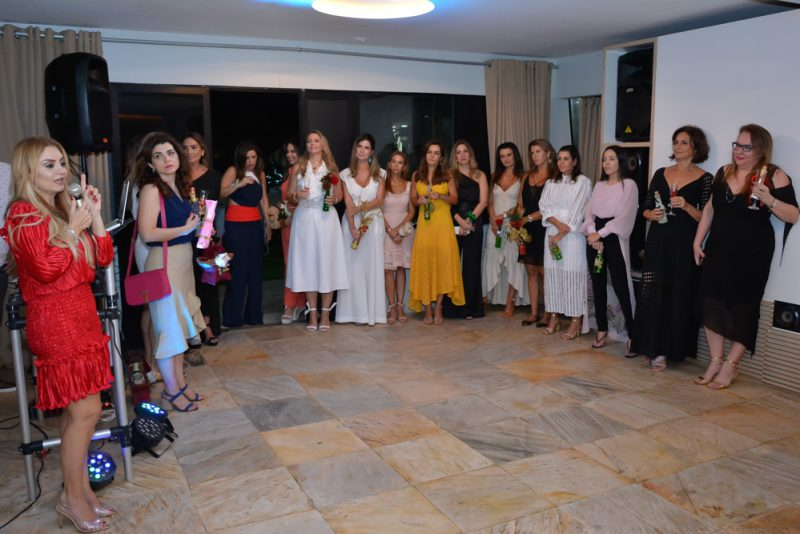 Natal do Abraço - Ana Cristina Camelo reúne as amigas para confraternização em clima de Natal