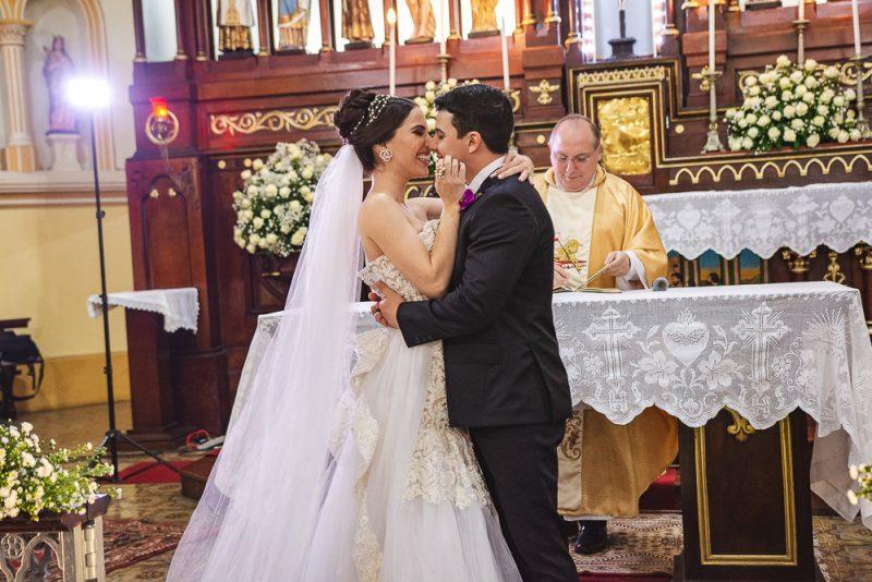 Visages de L'amour - Nicole Vasconcelos sobe ao altar da Igreja do Pequeno Grande para tornar-se a Sra  Pedro Paulo Carapeba