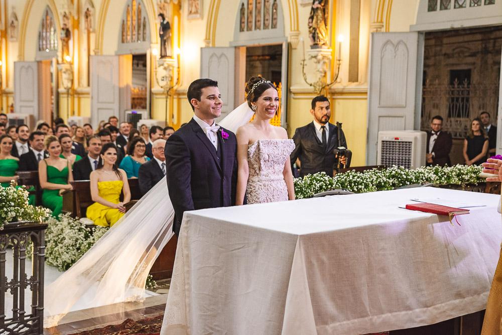 Nicole Vasconcelos sobe ao altar da Igreja do Pequeno Grande para tornar-se a Sra  Pedro Paulo Carapeba