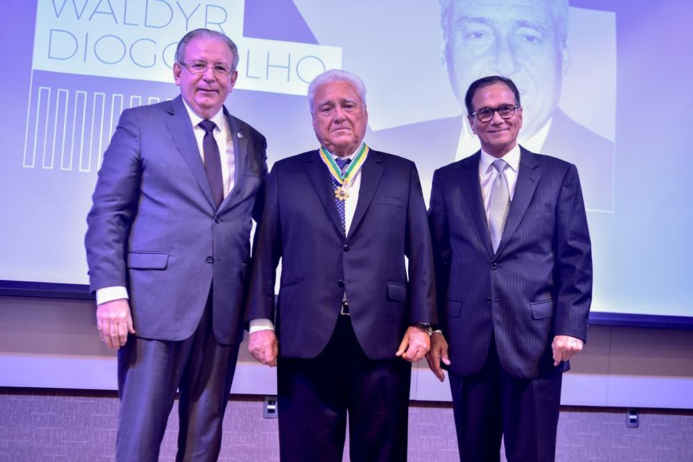 Waldyr Diogo Filho é agraciado com a medalha da Ordem do Mérito Industrial da CNI