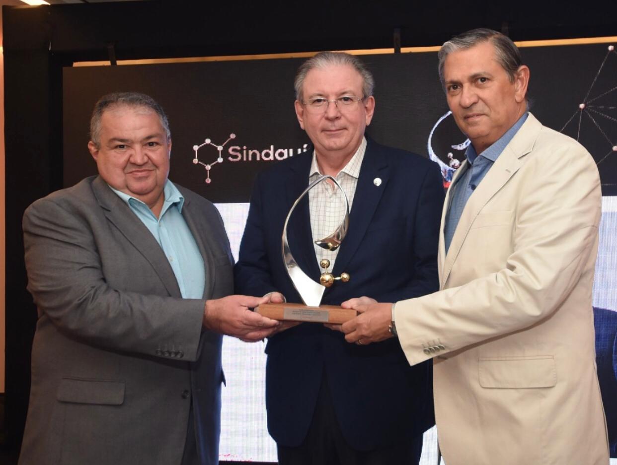 Ricardo Cavalcante é homenageado com Troféu 4 elementos do Sindquimica