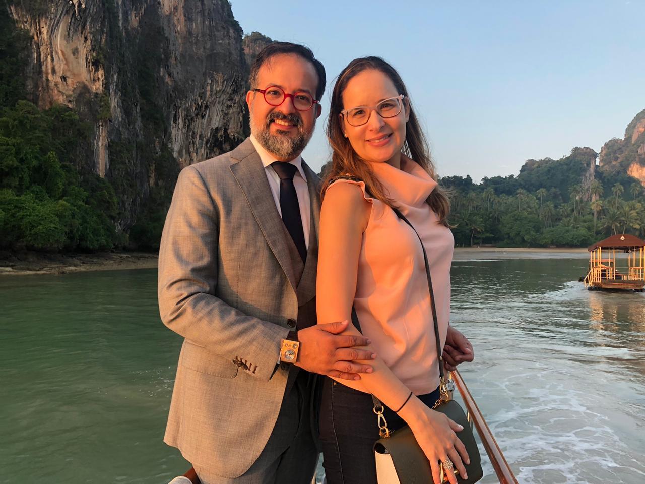 Márcio e Manoela Crisóstomo curtem pausa na Tailândia antes de marcarem presença em congresso