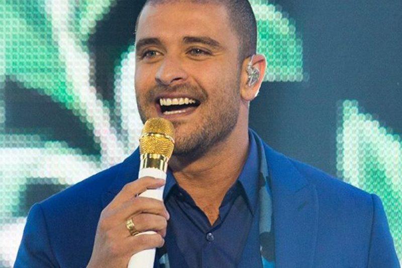 Diogo Nogueira abri as férias de janeiro com show na Santa Praia
