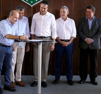 Roberto Cláudio assina o termo de cessão do Lord Hotel à CMFor