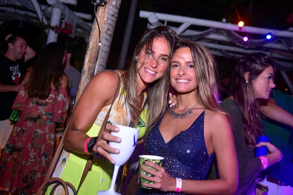Com open parrilla e open bar, Prainha do Colosso reúne uma turma das boas durante o weekend