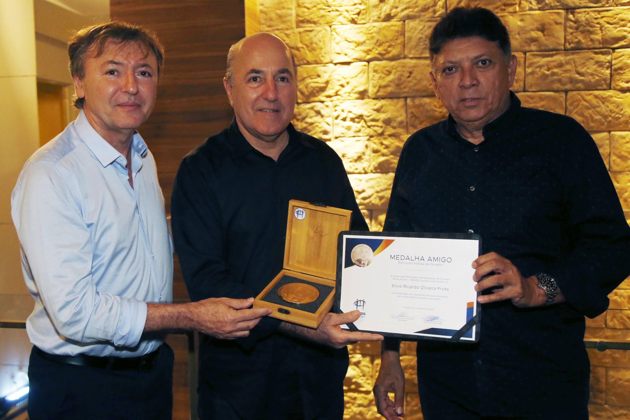 Silvio Frota é homenageado com a Medalha Amigos Raimundo Feitosa de Carvalho