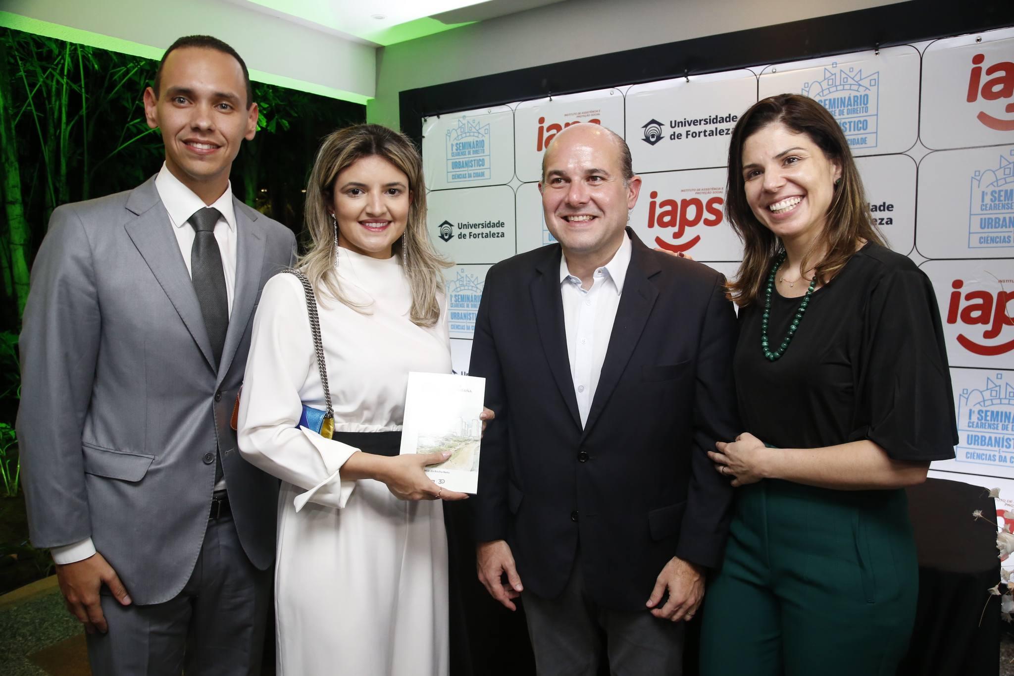 Pedro Rocha Neto pilota lançamento de livro na Universidade de Fortaleza