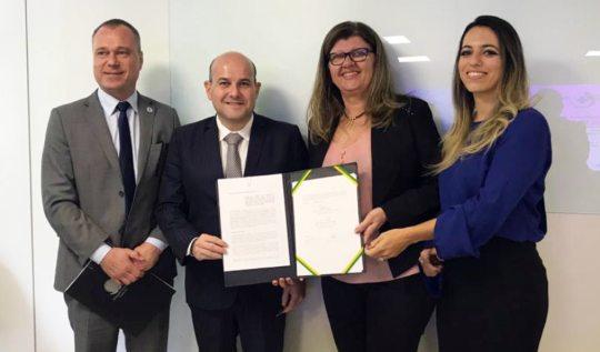 Roberto Cláudio fecha parceria de gestão e contratualização no DF