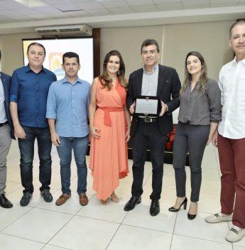 Alexandre Pereira recebe homenagem durante evento de confraternização do Visite Ceará