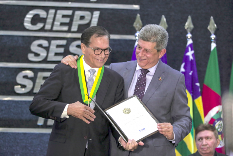 Beto Studart é agraciado com a Medalha Simplício Dias, no Piauí