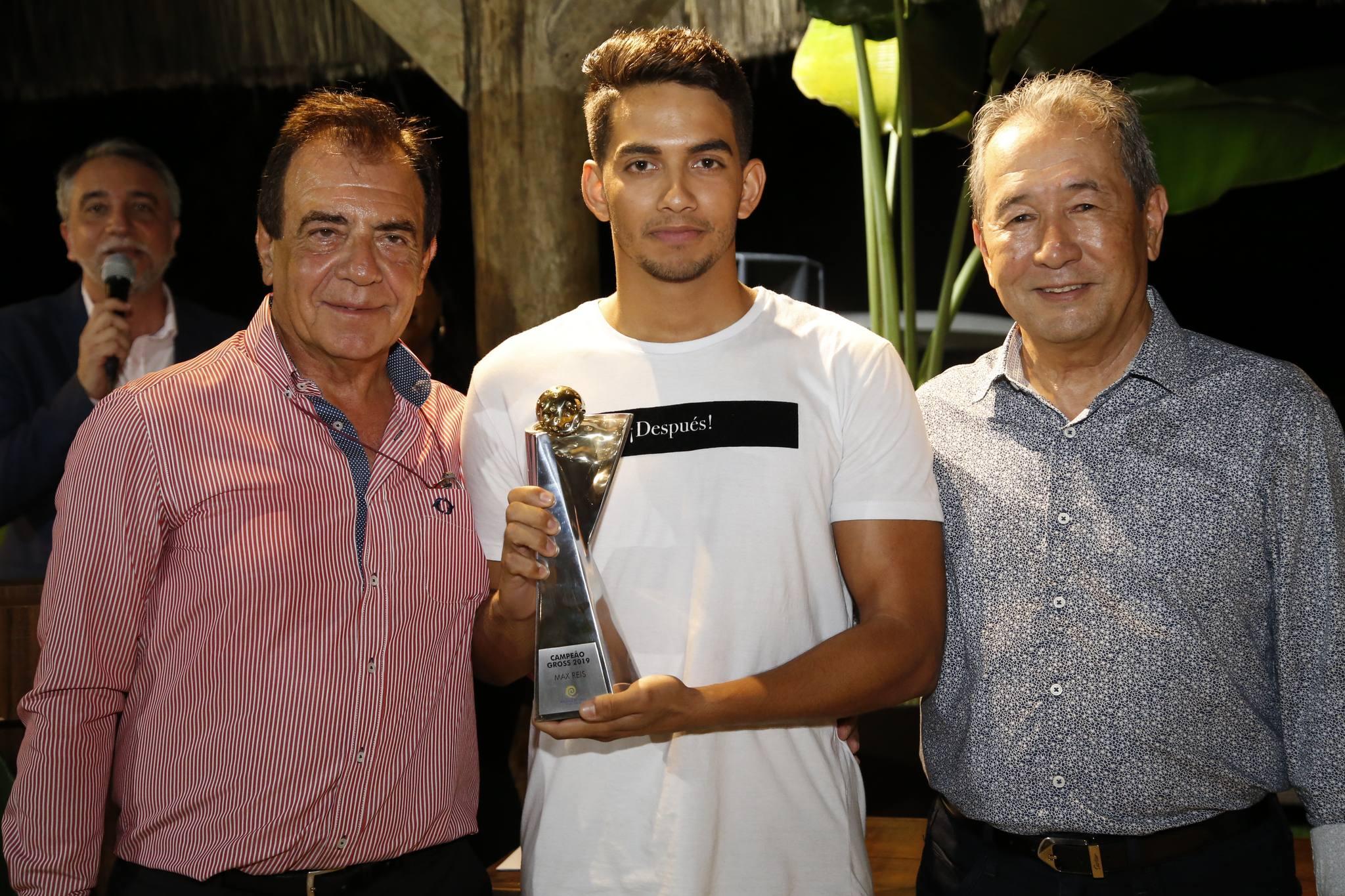 O jogador Max Reis é agraciado com o mais importante trofeu do Golfe do Ceará