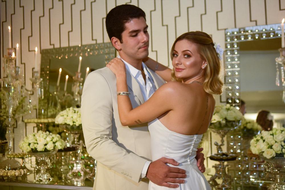 Pedro França e Bruna Massaglia oficializam noivado em elegante recepção na casa dos pais dela
