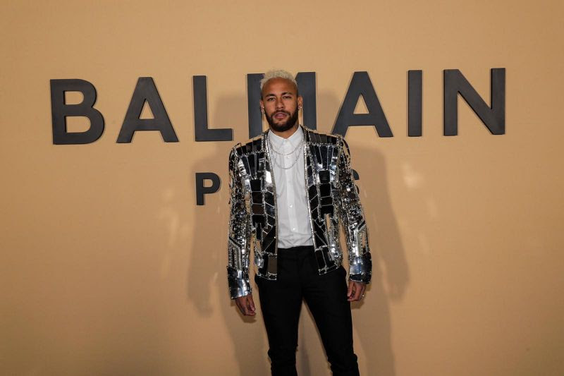 Neymar prestigia desfile da coleção inverno da Balmain em Paris