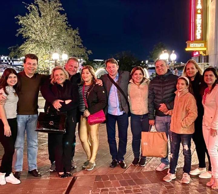 Rodeada pelo carinho dos amigos, Manu Romcy celebra a nova idade em Orlando