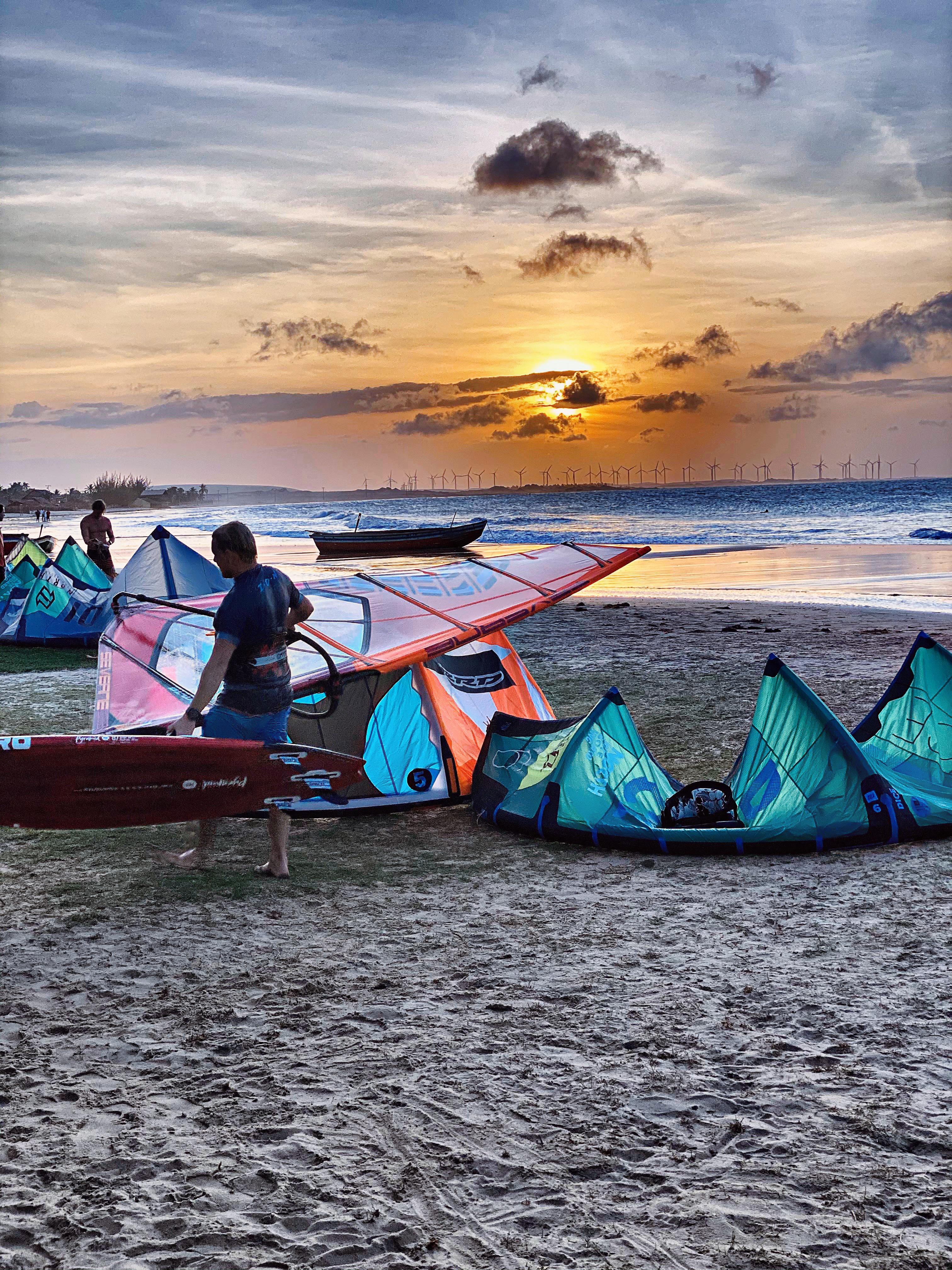 Praia do Maceió é um cenário perfeito para quem quer velejar no Ceará
